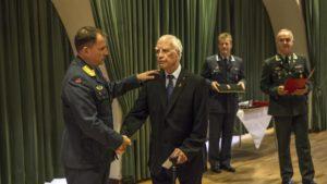 Sigurd Syversen ble hedret med Deltakermedaljen i en alder av 93 år. Det var veteraninspektør Tom Guttormsen som foretok overrekkelsen. (Foto: Olav Standal Tangen/ Forsvaret)